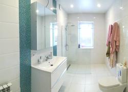 Ванная комнатная в частном доме в светлых тонах