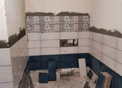 Плитка в ванной в процессе укладки